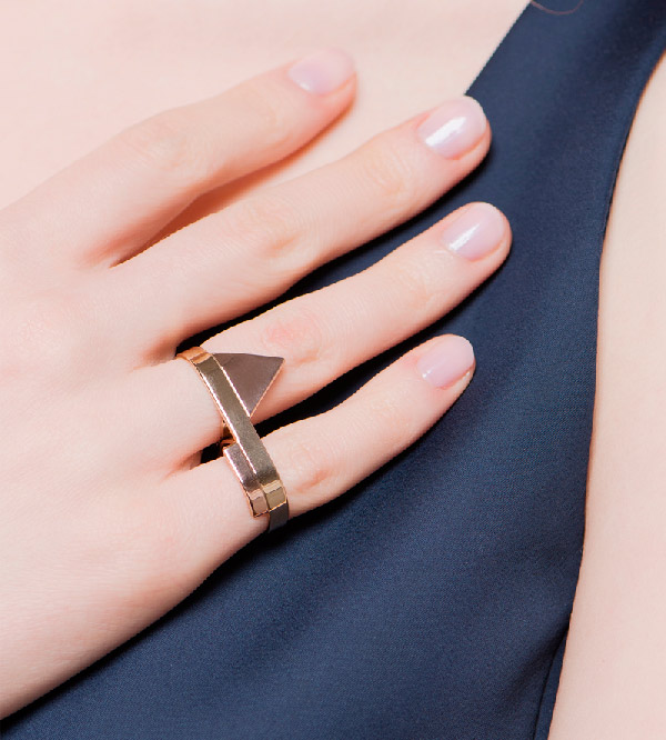 Кольцо-на-2-пальца-Geometry-of-Triangle-and-Rectangle-от-бренда-Anne-Thomas-на-модели.jpg