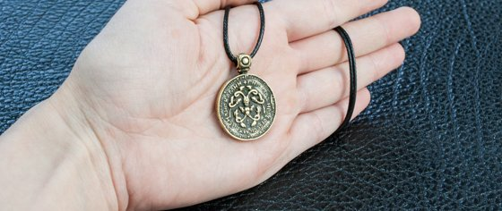 Точная реплика, изготовленная из бронзы змеевика Владимира Мономаха на руке.