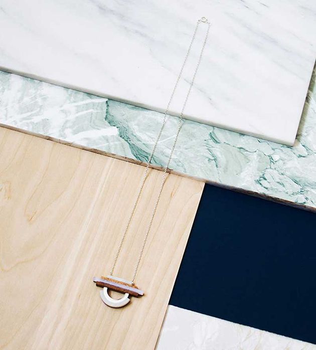 купите украшение на золотистой цепочке Fjord Pendant Navy от английского бренда Wolf&Moon