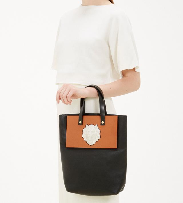 Сумка-шоппер-Lion-Bag-Black-от-Andres-Gallardo-на-запястье.jpg