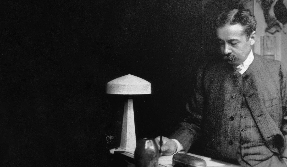 Рене Лалик за письменным столом