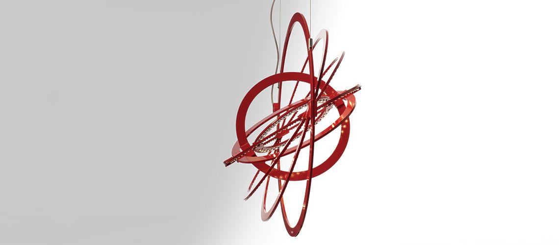 Artemide: Copernico  Популярный подвесной светильник Copernico теперь представлен и в красном цвете, кроме классических черного и белого. Помимо функций арт-объекта, светильник можно использовать для решения задач светодизайна: он дает хорошее общее освещение, если кольца расположить разреженно, или же можно направить свет на конкретные объекты или зоны, повернув кольца соответствующим образом.