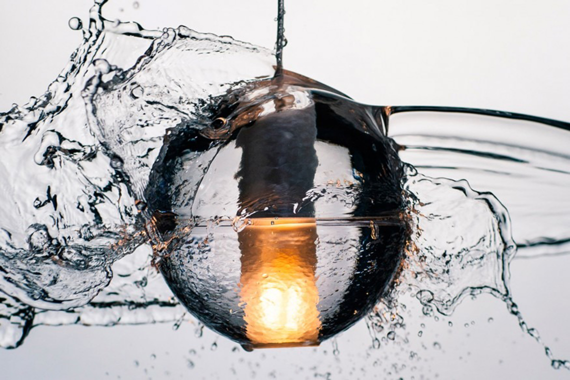 Серия 14. Четко очерченный шар из литого прозрачного стекла, внутри находится матовый плафон с низковольтной лампой (ксеноновая или светодиодная). Возможно объединение в композиции из нескольких светильников. И подвесная, и настенно-потолочная версии доступны в версии с IP-фактором 65.
