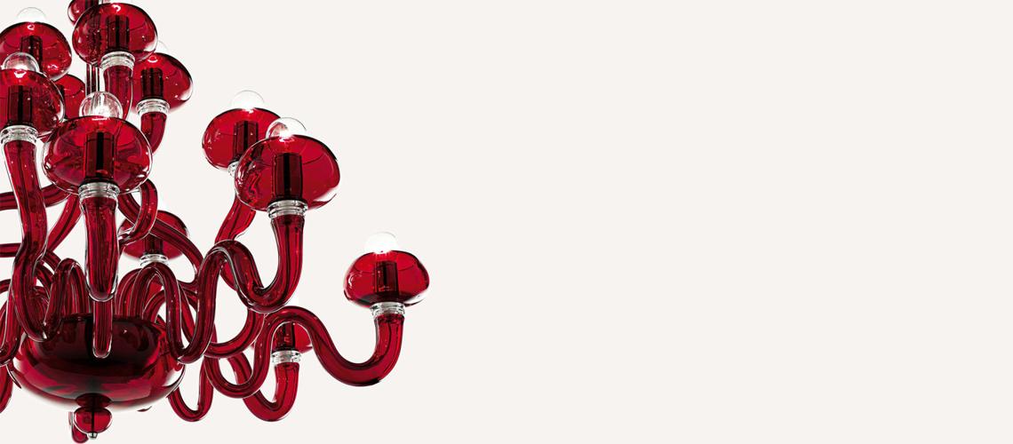Barovier&Toso: Bissa Boba  Впервые созданная Анжело Баровьером в конце прошлого века, перевыпущенная в 2004 году, эта изящная модель теперь выпускается в вариантах на 8, 12, 16 и 20 рожков, а также в виде бра. Такая люстра изготавливается венецианскими мастерами вручную по выбору клиента в красном, прозрачном или ярко-зеленом стекле.