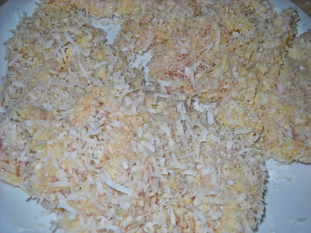Обваляйте курицу в сухарях