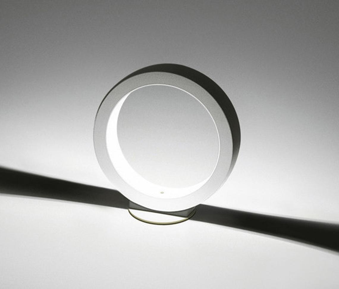 Assolo – теперь в коллекции, кроме потолочной и подвесной версий, доступна и соответствующая им уличная модель. Настенно-потолочный светильник для использования на фасадах сохраняет все эстетические характеристики коллекции Assolo, позволяя создавать светотеневые эффекты вне дома, украшая фасад, входную группу или придомовую зону. Светильник укомплектован теплым белым светодиодным источником света.