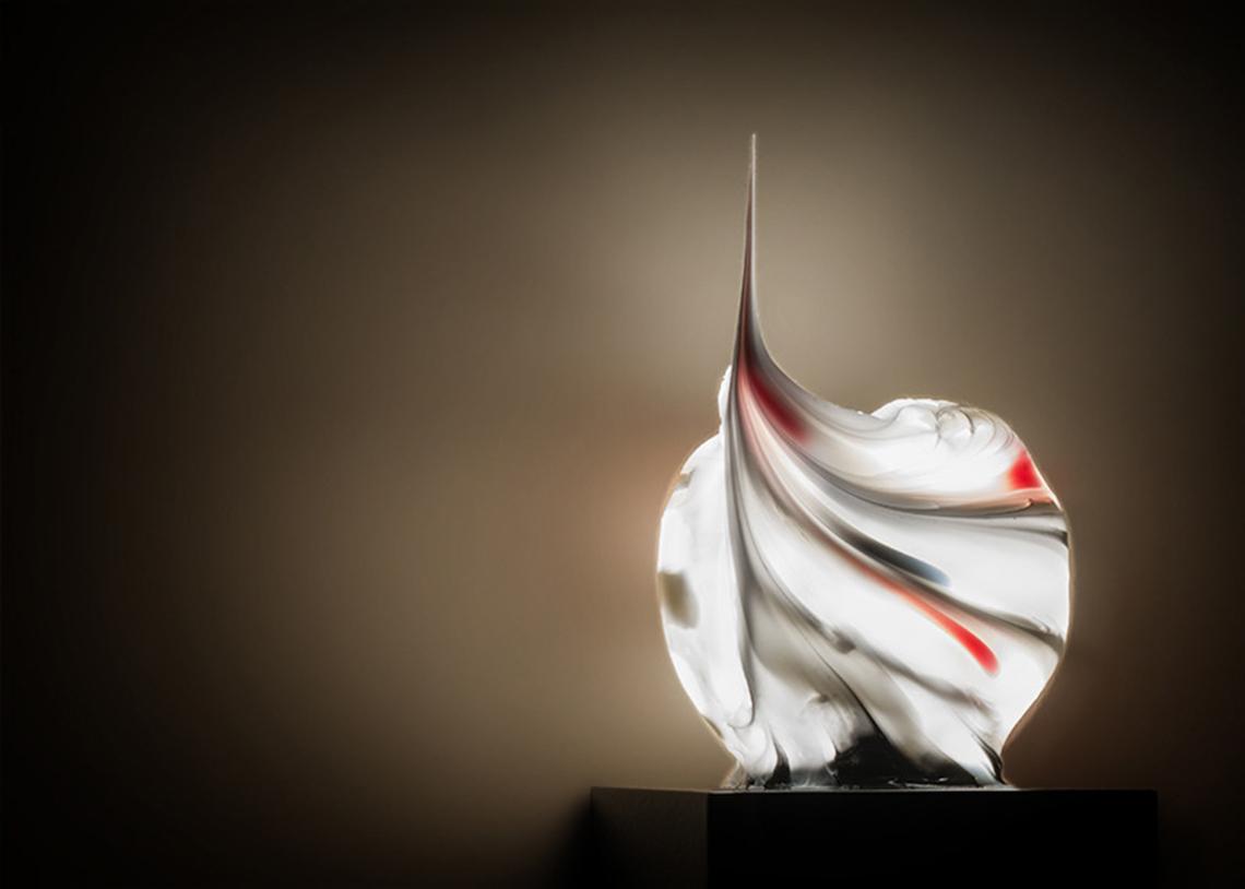 Voluta – это экспериментальная рукотворная форма из силикона, словно замысловатый узор на стене. Благодаря своей форме, из скромного бытового материала силикон воспаряет до художественных высот керамики, мрамора и драгоценных пород дерева. Светильник работает на теплых (2800К) светодиодах и предлагается в двух цветовых вариантах: черно-белый или черно-бело-красный. Со своей вьющейся формой и оригинальным рисунком Voluta станет достойным украшением для дома, ресторана или гостиницы.