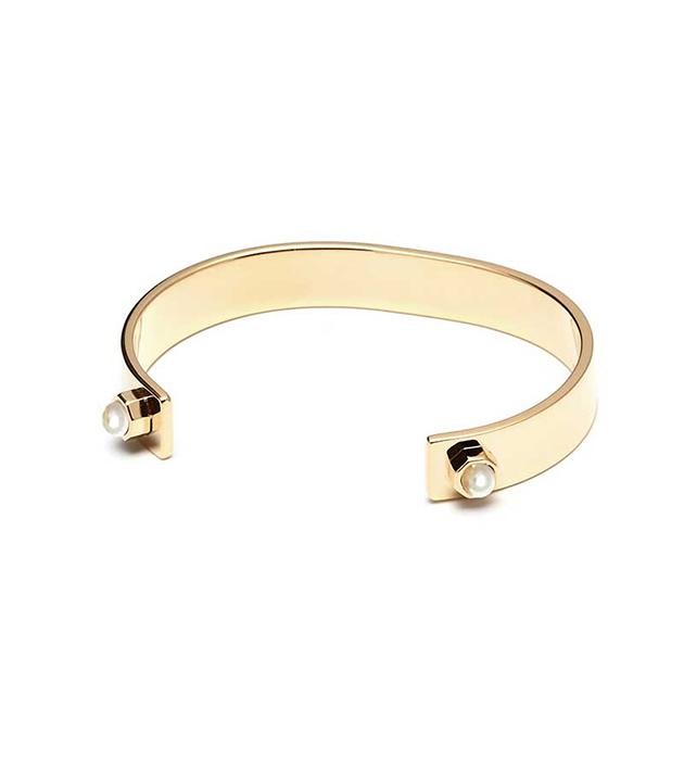 изысканный браслет из позолоченной латуни с жемчугом от Maria Francesca Pepe - Simple Cuff with encased pearls