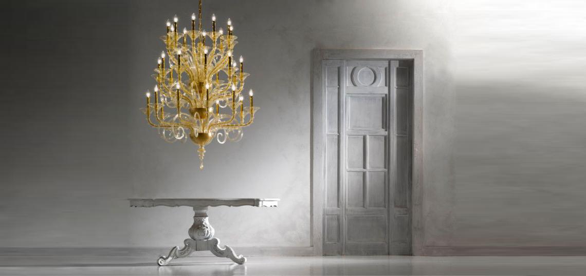 Золото всегда вызывало в человеке непреодолимое влечение, а его гипнотизирующий блеск порождал желание окружать себя этим металлом, соприкасаться с ним и подражать его цвету и сиянию. Им часто украшали королевские дворцы и дома знатных людей. Но сегодня мода на дворцовую роскошь осталась в прошлом. Золото в современном интерьере – это дизайнерская латунь и изысканная позолота, но лишь на некоторых поверхностях.