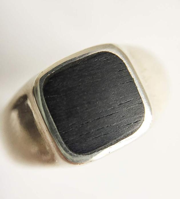 кольцо-печатка из серебра Square Wood от испанского бренда Helena Rohner