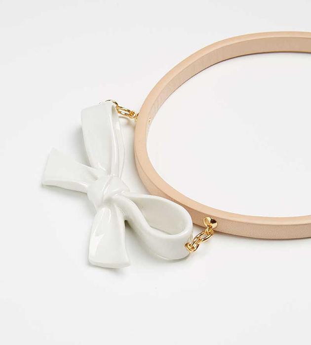 элегантное колье из кожи и испанского фарфора oт ANDRES GALLARDO - Single Little Bow Natural