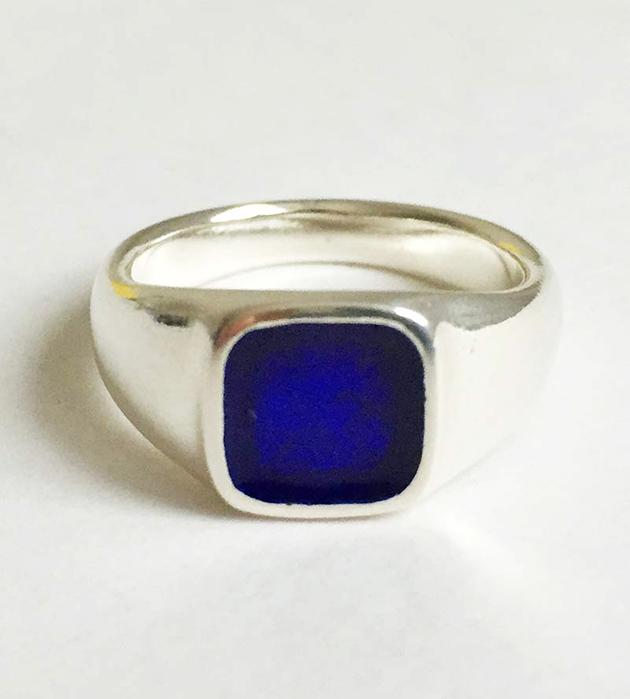 кольцо-печатка Square Enamel с эмалью синего цвета от Helena Rohner