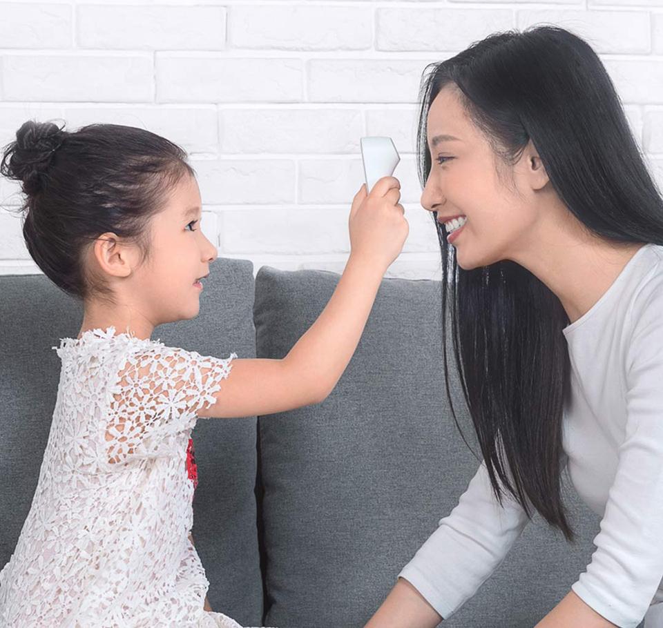 Бесконтактный термометр MiJia iHealth девушка с ребенком