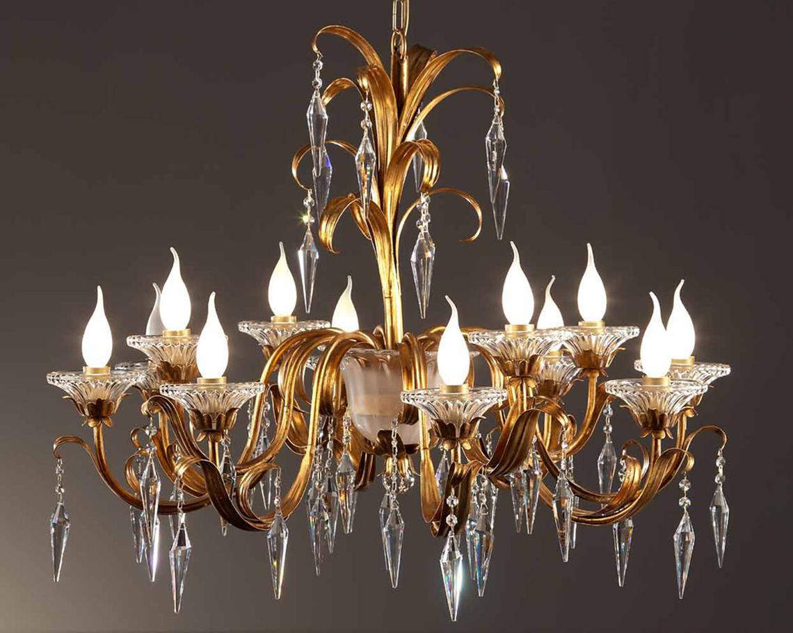 Каждая модель изготавливается вручную из кованного железа. Для декорирования широко применяются кристаллы Swarovski, серебро, стекло Murano и, конечно, сусальное золото. Вся продукция фабрики изготавливается в тесном симбиозе европейских стандартов качества и художественных итальянских традиций, благодаря чему светильники Passeri являются удивительно красивыми и совершенно безопасными.