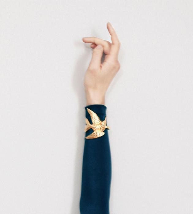 стильный браслет с золотой птицей Beatriz Palacios