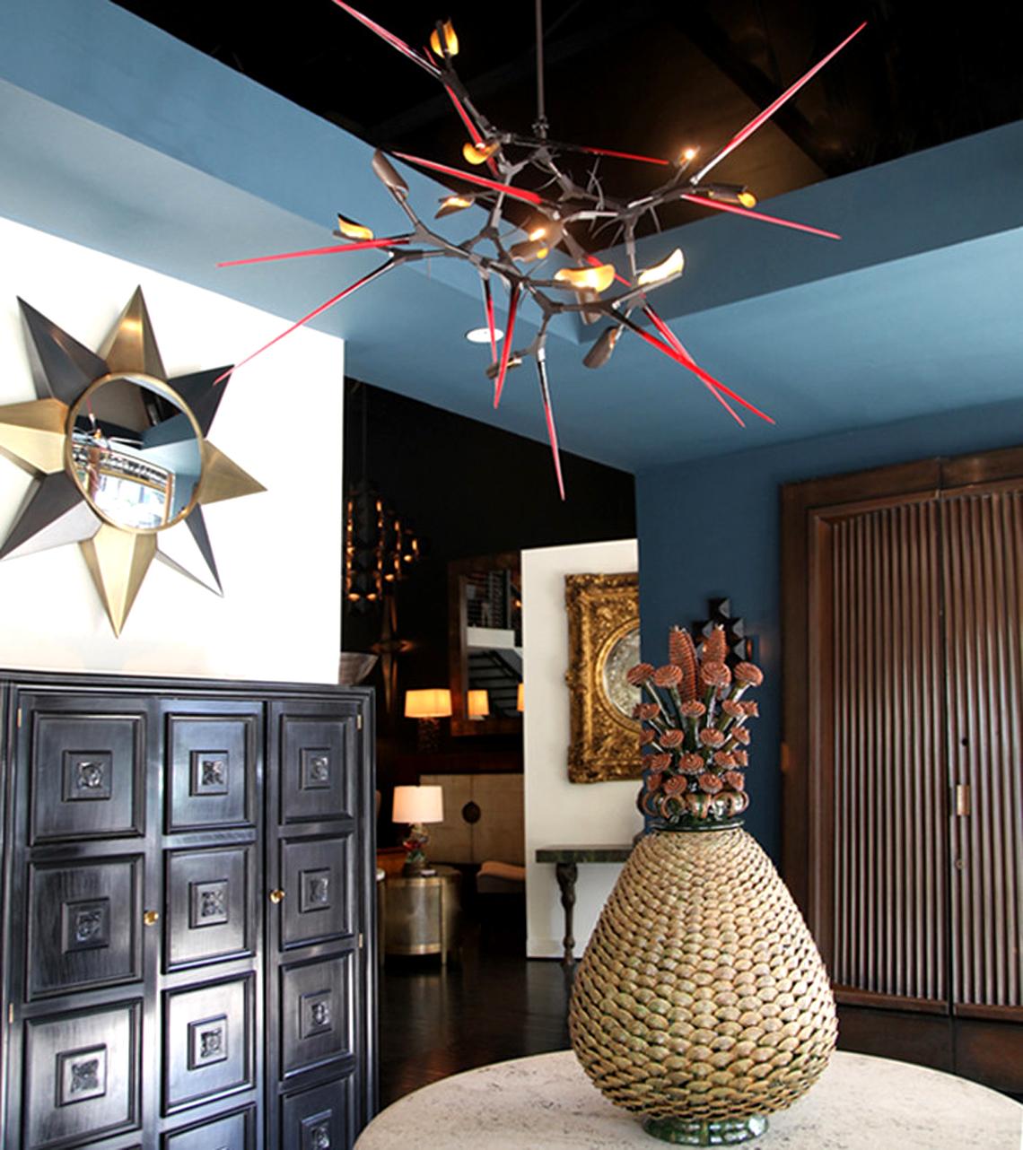 Этот своеобразный подвесной светильник выпущен фабрикой BlackmanCruz, находящейся в США. Spike and Thorn вручную выкован из бронзы и латуни, а также украшен элементами из дутого стекла.