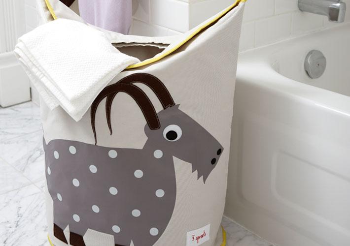 Корзины для белья отличаются от корзин для игрушек – у бельевые корзины выше, и у них есть большие ручки.