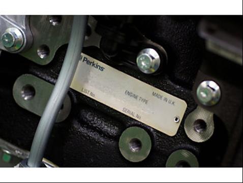 Информационная табличка - шильдик на двигателе Perkins