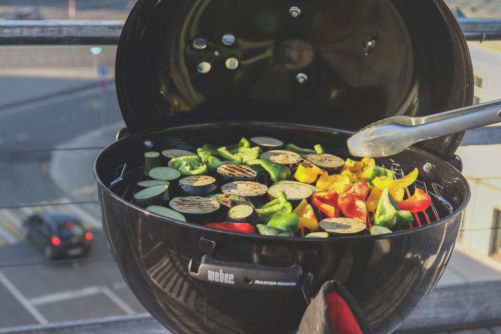 Почему профессионалы рекомендуют готовить на гриле с закрытой крышкой