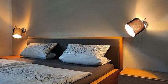 Линейка светильников Tenora впечатляет, прежде всего, функциональностью. Коллекция включает разные типы моделей, оснащенные суставчатыми ножками, которые позволяют управлять направлением света. Что касается абажуров, то они изготавливаются в двух традиционных цветах: белом и черном. При включении цвета абажуры изменяют палитру на бежевую и коричневую.