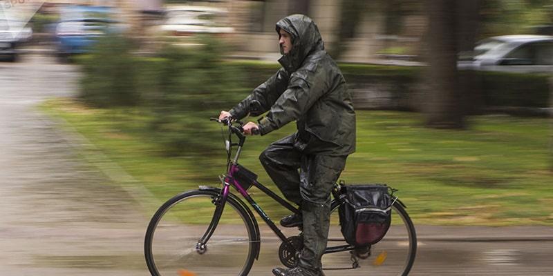 Велосипедист под дождем