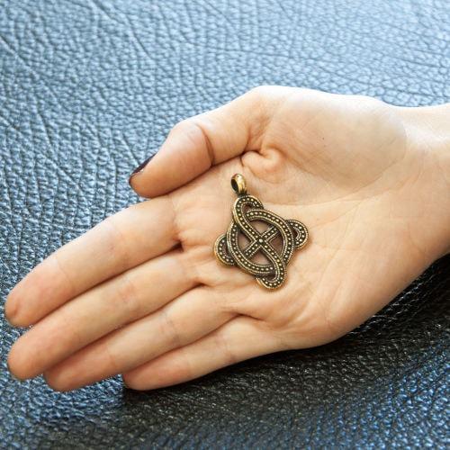 Фото Солнечного креста на женской руке