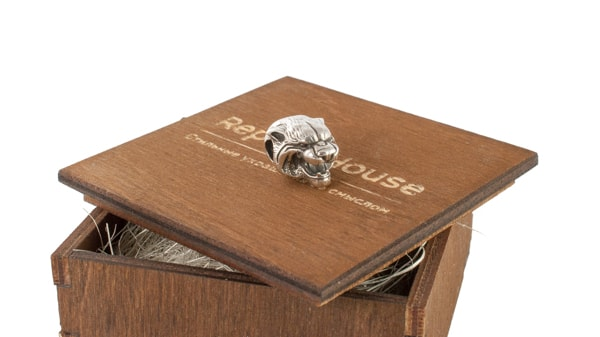 Серебряный шарм тигр на деревянной коробочке