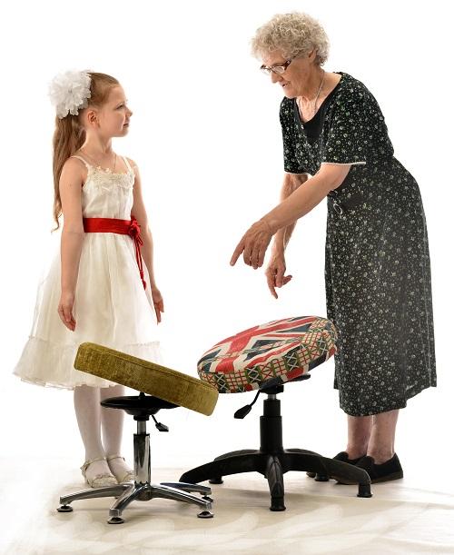 Бабушка подбирает стул для ребенка