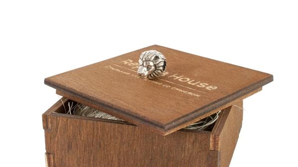 Шарм Лев на декоративной коробочке.