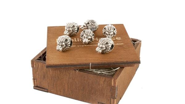 Производство серебряных шармов.