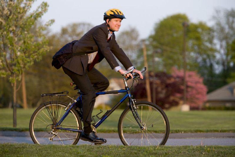 В костюме на велосипеде