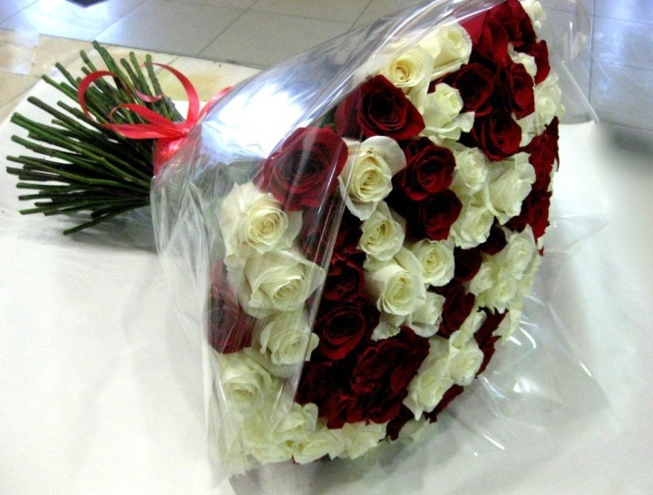 Цена букета может быть ниже за счет использования в нем нескольких увядающих цветков