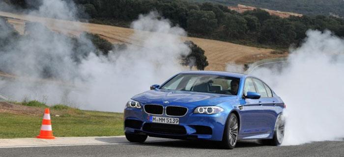 Двигатель Bmw m3 f80 разгоняет автомобиль с места до 100 км/час за 4,3 секунды. Еще более впечатляющую динамику (4,1 сек.) показывает агрегация мотора с 7-мидиапазонной роботизированной коробкой M-DCT