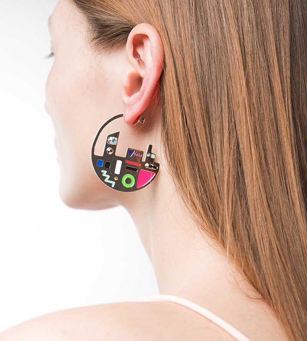 стильные серьги-кольца с разноцветной эмалью Map Plaque Silver от Maria Francesca Pepe