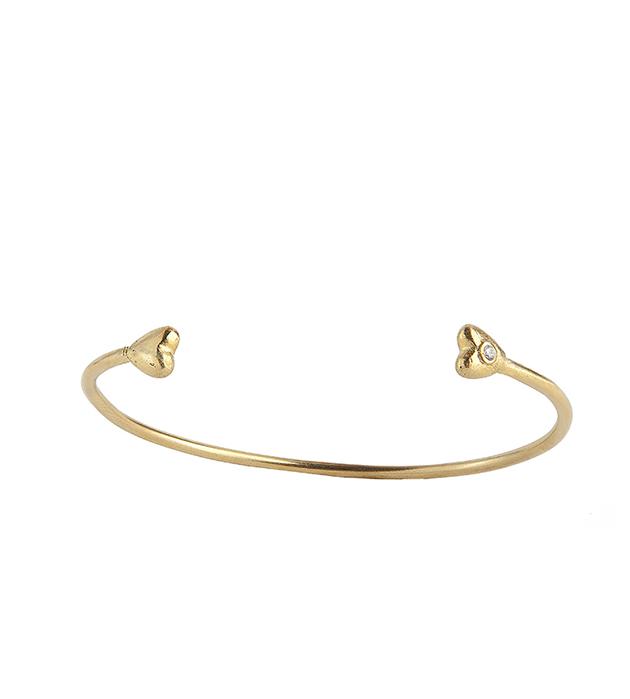 купите браслет золотого цвета с чеканными сердцами и цирконом