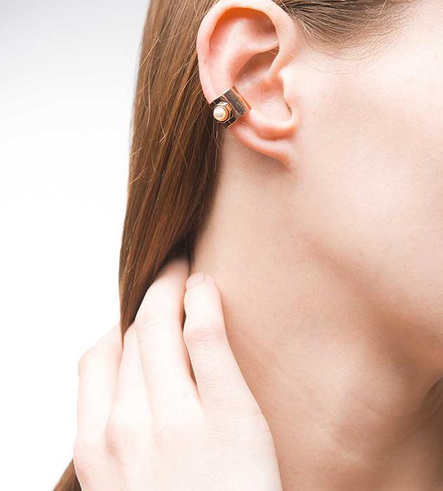 эффектная позолоченная серьга-кафф oт Maria Francesca Pepe - Pearl earcuff