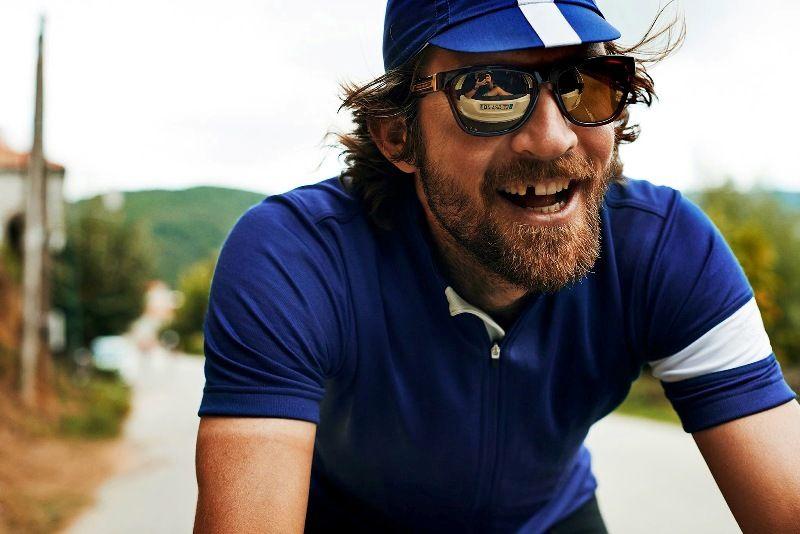 улыбающийся велосипедист без зуба
