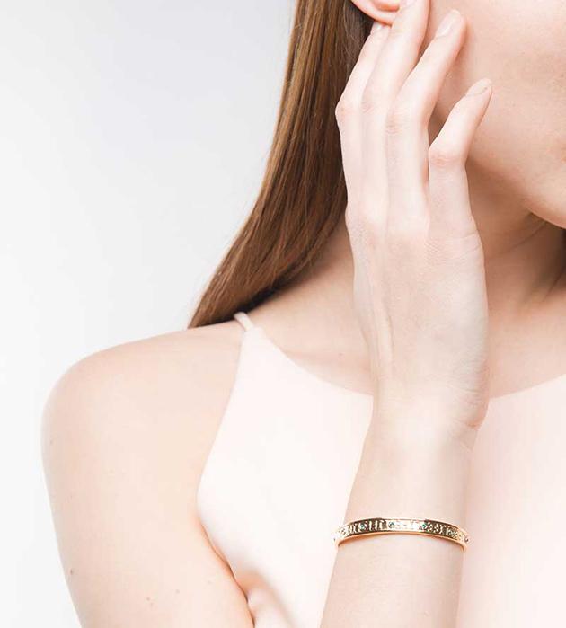 изящный позолоченный браслет от Maria Francesca Pepe - Life embossed cuff