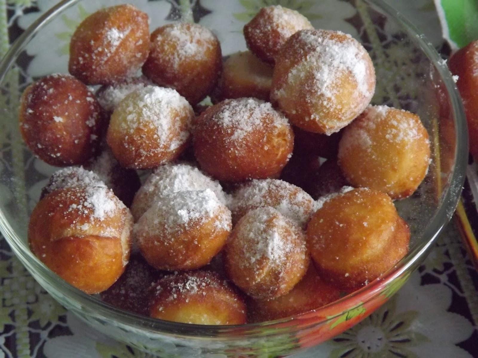 Посыпаем пончики пудрой