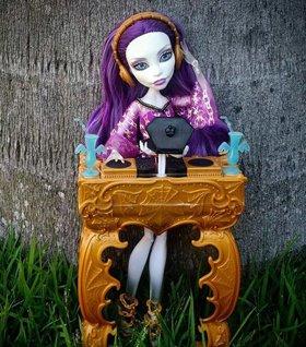 кукла Спектра и диджейская установка, Monster High