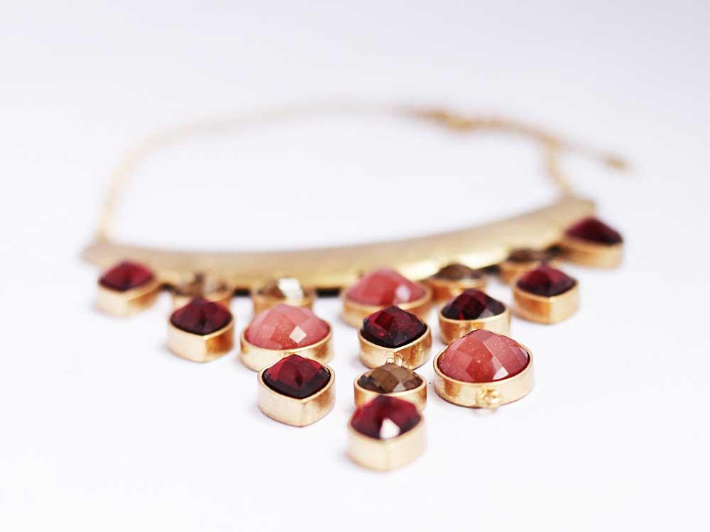 Женское длинное массивное золотое колье с висюльками из розового стекла