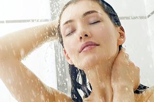 использование контактных линз в душе, фото