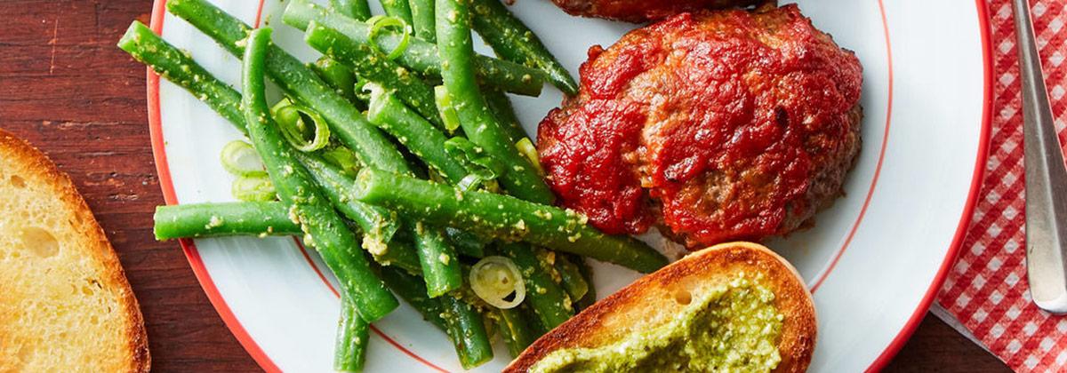 Мясные котлеты с зеленой фасолью, песто и хрустящим хлебом