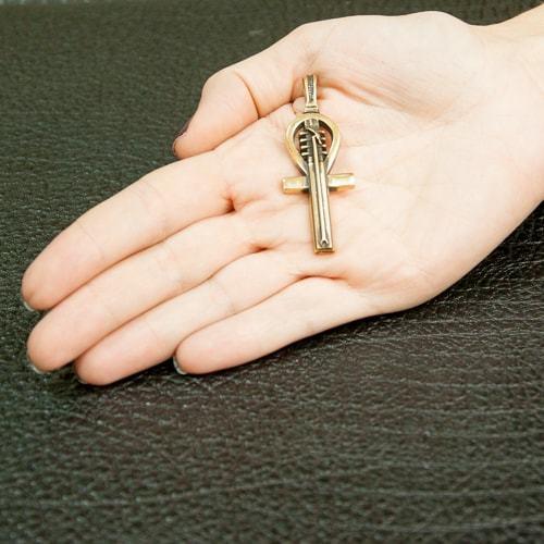 Бронзовый крест Анкх на руке