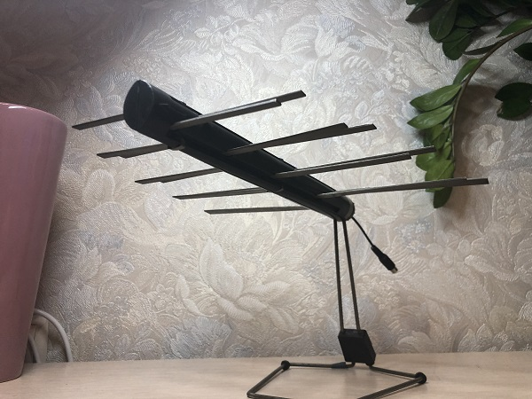 Второй образец - направленная комнатная логопериодическая антенна или ЛПА. Нам досталась антенна АТН-5.7. В СССР антенны этого типа выпускались несколькими заводами. Инструкцию мы нашли в интернете для антенн, изготовленных в Альметьевске на заводе «Радиоприбор». Вот она.