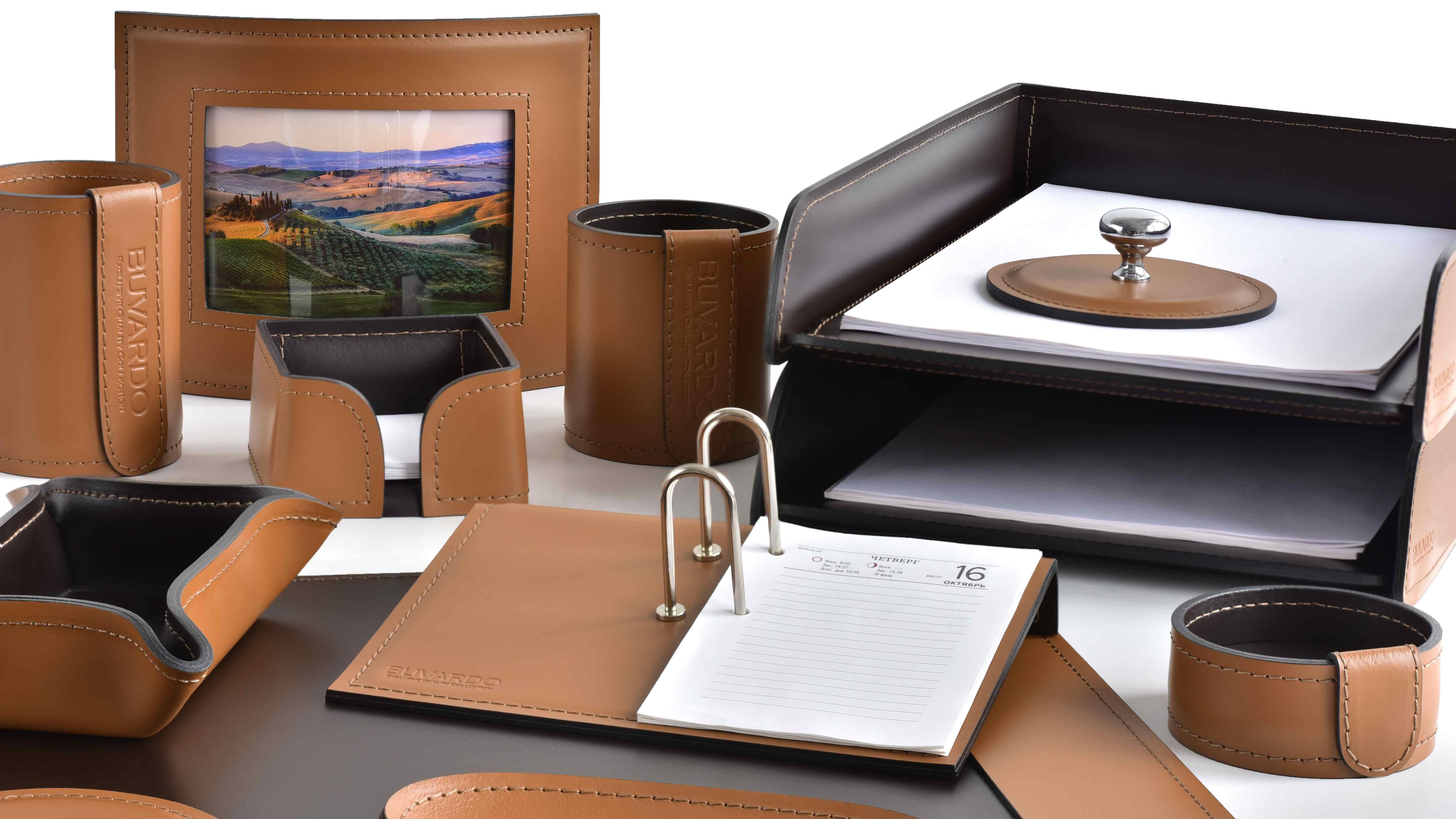 Категория наборы на стол руководителя из кожи цвет табак и шоколад.