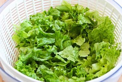 Промываем листья салата
