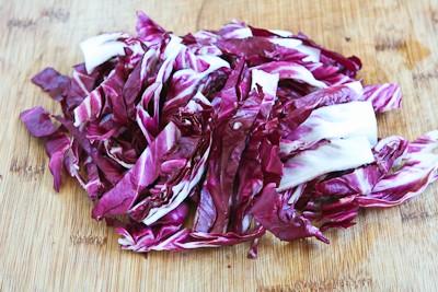 Нарезаем салат раддико