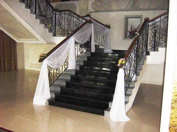 оформление_лестницы_шарами_цветами_тканью.jpg