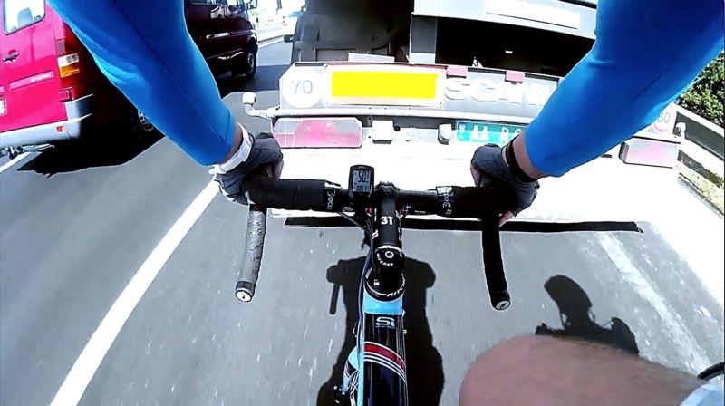 Велосипедист за фурой